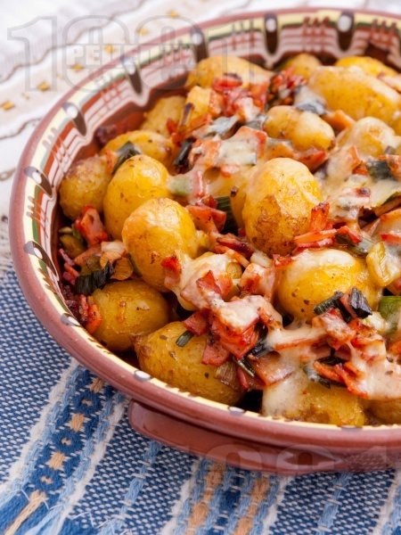 Запечени пресни картофки с шунка, кашкавал, пресен зелен лук и ароматни подправки на фурна - снимка на рецептата